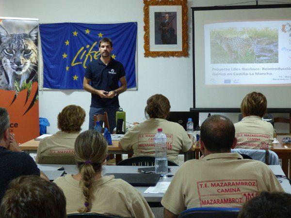 Juan Francisco Ruiz Alba, técnico del proyecto Iberlince, dando información ambiental sobre el lince ibérico.