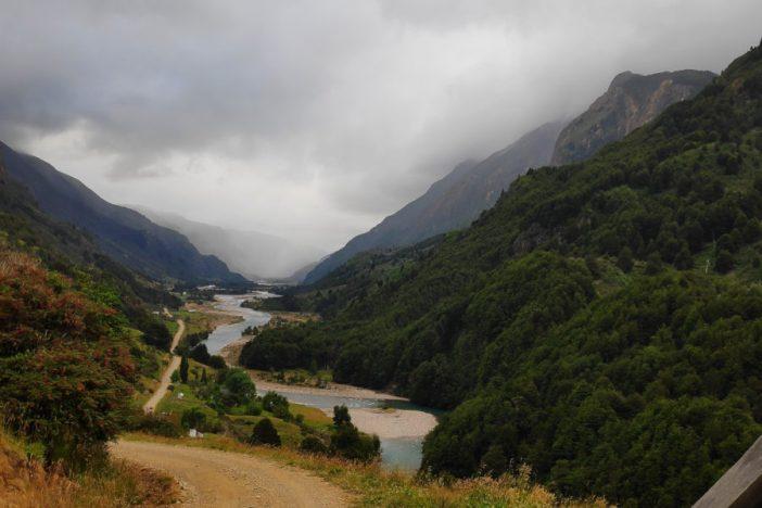 El río Mogote entre las montañas.
