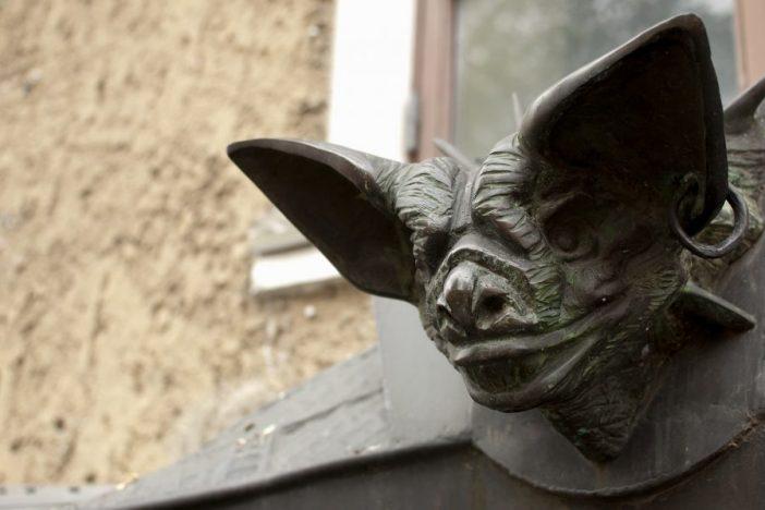 Estatua tenebrosa de un murciélago