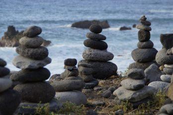 Piedras apiladas formando un montículo en el borde de un acantilado.