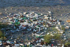 Plástico flotando en un río.