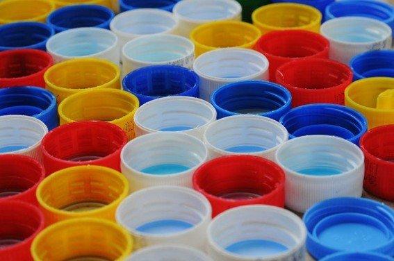 Tubos de plástico reciclándose
