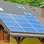 Panel solar sobre el tejado de una casa.